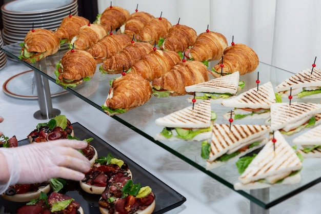 Sándwich de croissant en la mesa del buffet. catering para reuniones de empresa, eventos y celebraciones.