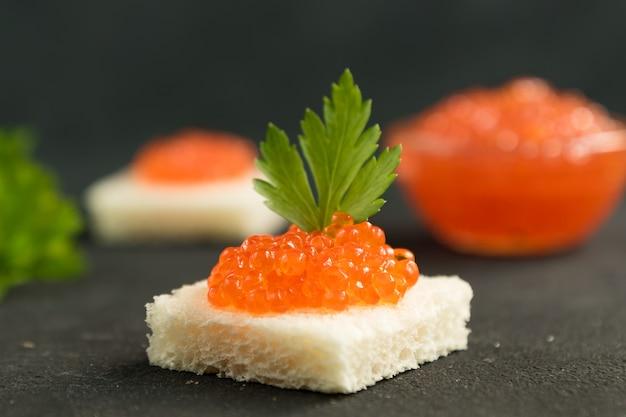 Sandwich cuadrado con caviar rojo