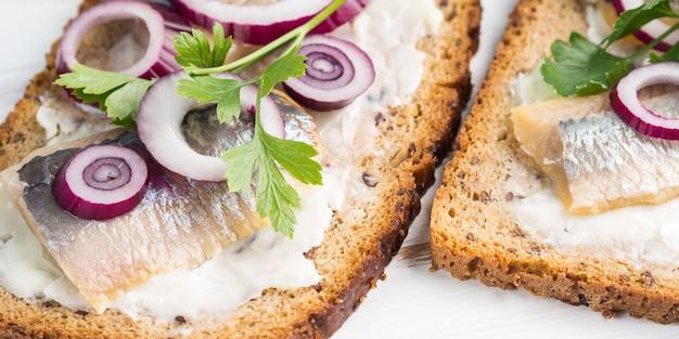 Sándwich danés abierto smorrebrod con arenque