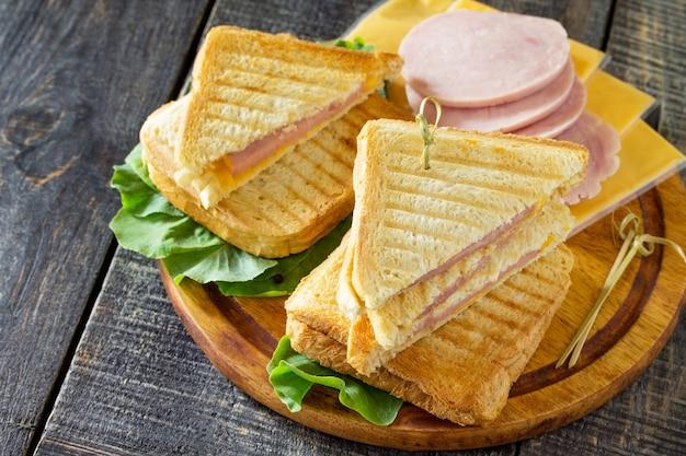 Sándwich doble tostado con jamón