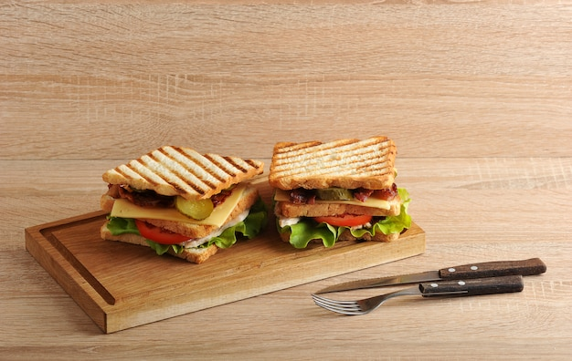 Sandwich de dos capas con tocino y pechuga de pollo