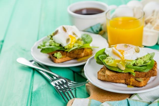 Sandwich con espinacas, aguacate y huevo.