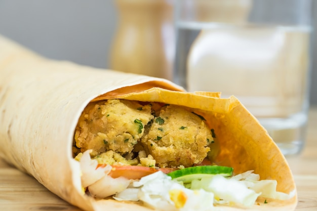 Sándwich de falafel enrollado en pan plano