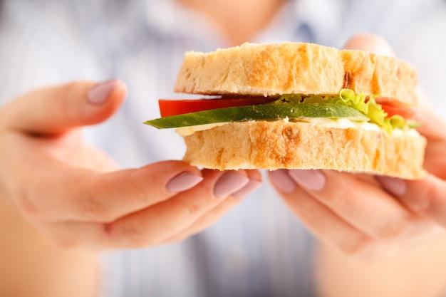 Sandwich fresco en mano