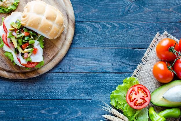 Sandwich fresco y sabroso con jamón y verduras.