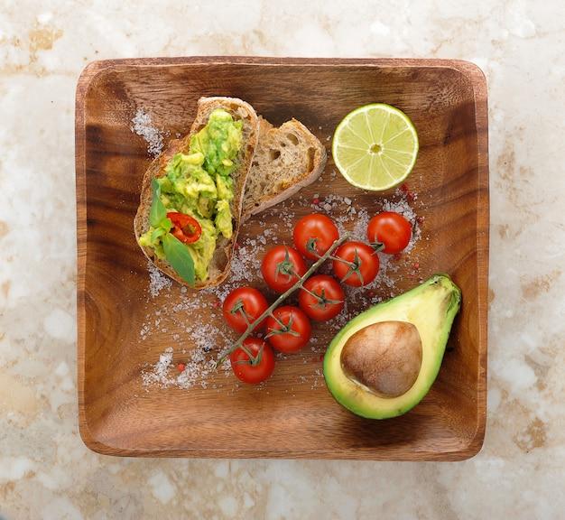 Sandwich fresco y saludable con aguacate