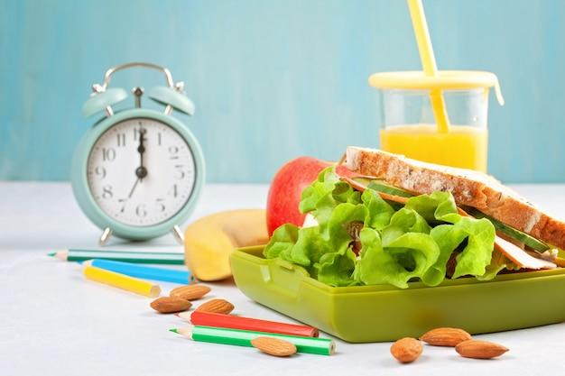 Sándwich fresco y saludable, jugo de manzana y naranja para el almuerzo de los estudiantes