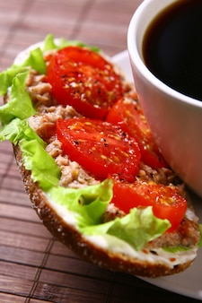 Sandwich fresco con vegetales frescos y café
