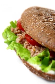 Sandwich fresco con verduras frescas