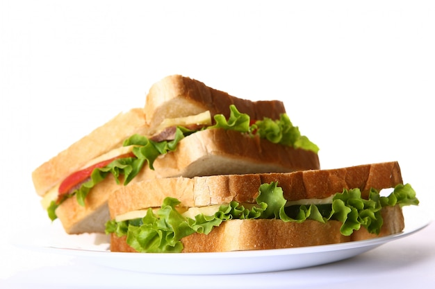 Sandwich fresco con verduras y tomates.