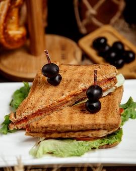 Sandwich frito con jamón y queso