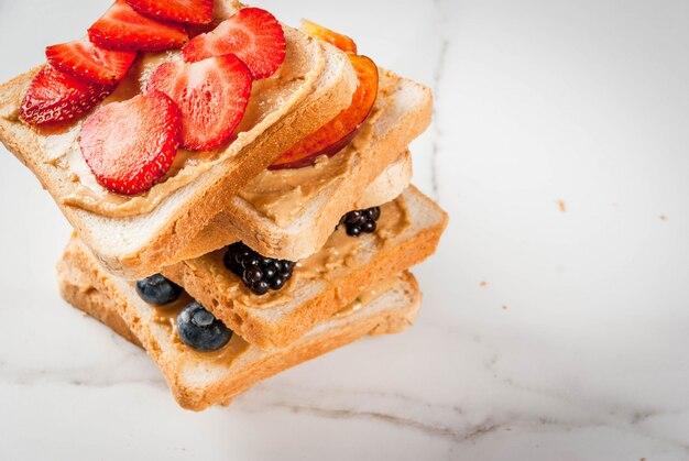 Sandwich de frutas con mantequilla de maní