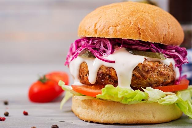 Sandwich hamburguesa con jugosas hamburguesas, tomate y col lombarda