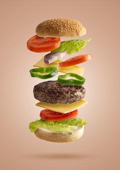 Sándwich de hamburguesa volando