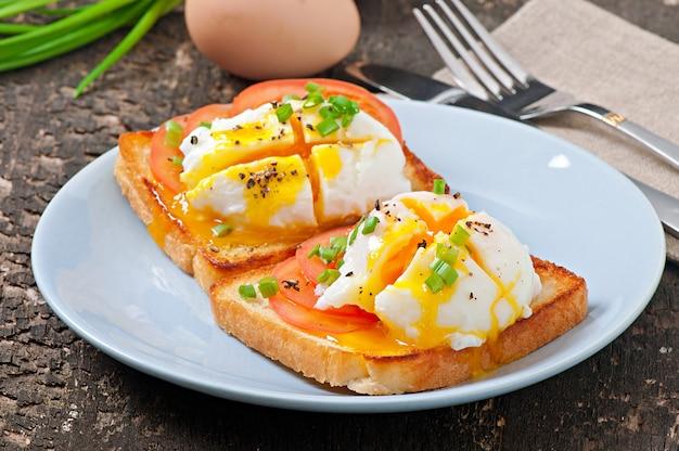 Sandwich con huevo escalfado
