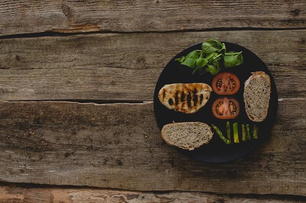 Sandwich de ingredientes sobre la mesa