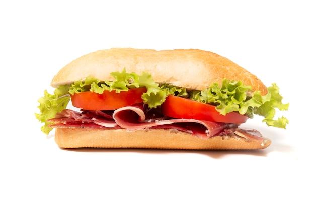 Sándwich con jamón ahumado curado.