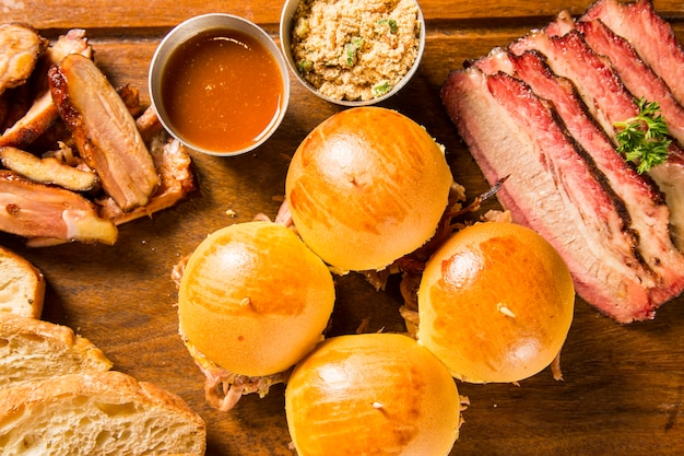 Sándwich de jamón asado en fondo de madera. de cerca.