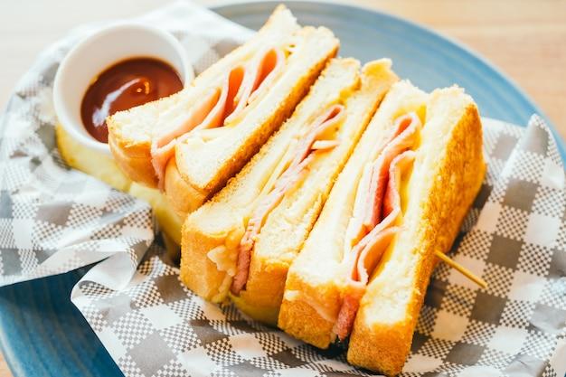 Sándwich con jamón y papas fritas y salsa de tomate