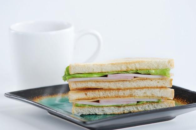 Sandwich de jamón, queso y ensalada en un plato