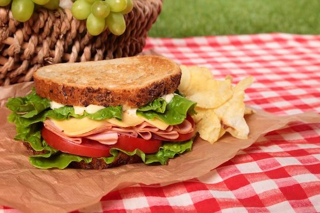 Sándwich de jamón y queso para picnic