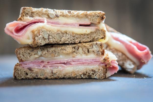 Un sándwich de jamón y queso suizo a la parrilla