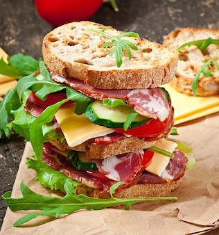 Sandwich con jamón, queso y verduras frescas.