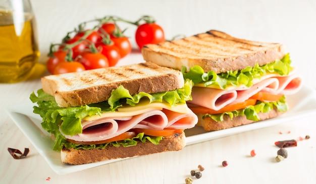 Sándwich de jamón y queso.