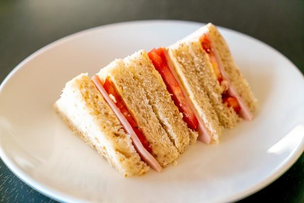 Sandwich de jamón y tomate