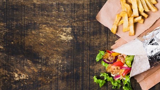 Sándwich de kebab árabe y papas fritas