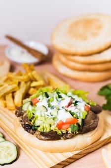 Sándwich de kebab árabe y salsa en pan de pita