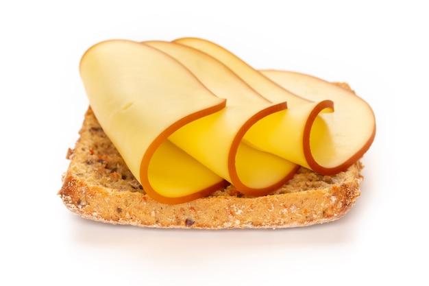 Sándwich de lechuga, queso sobre fondo blanco.