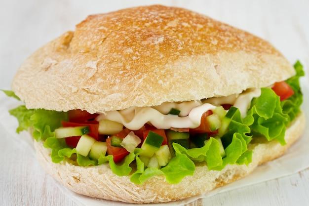 Sándwich con lechuga, tomate y pepino.