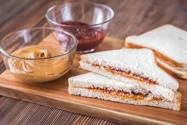 Un sándwich de mantequilla de maní y mermelada