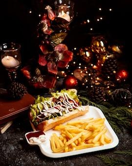 Sándwich con mayonesa y patatas fritas