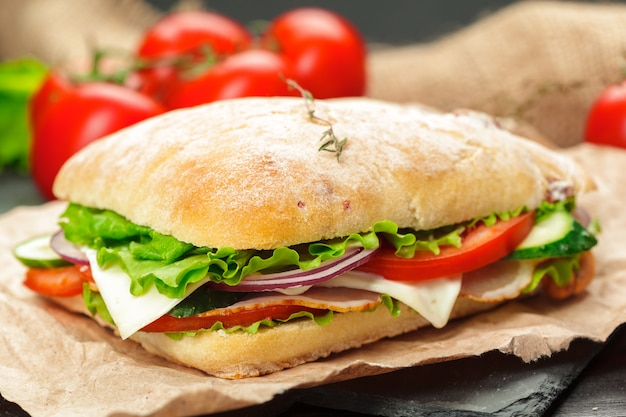 Sandwich en una mesa de madera
