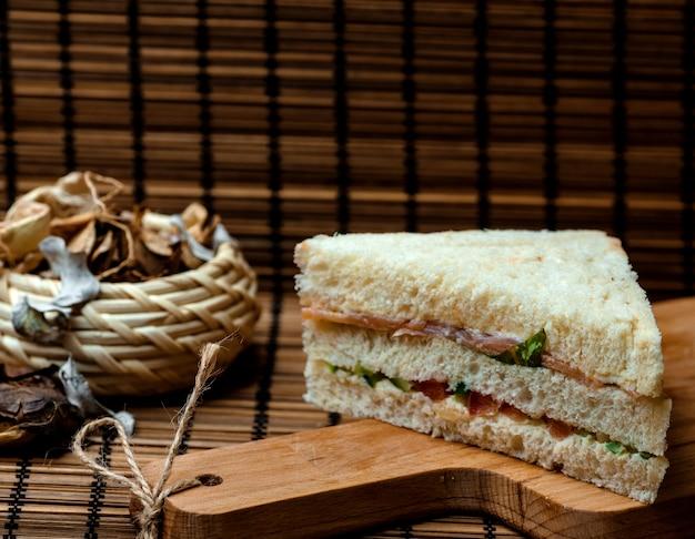 Sandwich con pan blanco en el escritorio