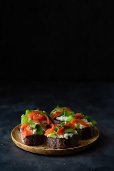 Sandwich de pan tostado casero con pan de centeno, salmón