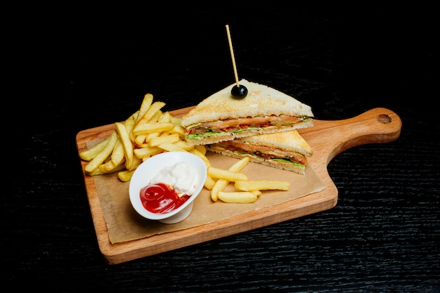 Sandwich con papas fritas y salsa de alevines