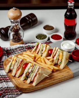Sandwich con papas fritas