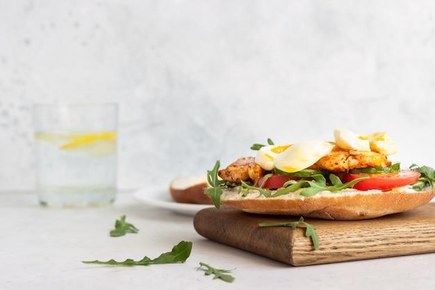Sandwich de pita con pollo, huevo y verduras