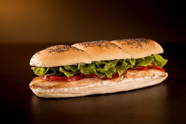 Sándwich de pollo con lechuga, tomate y mayonesa.