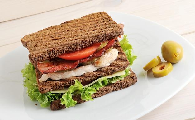 Sandwich con pollo y tocino en un plato