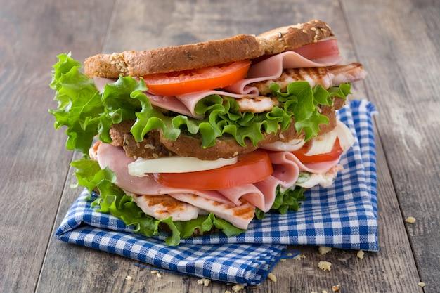 Sandwich de pollo y verduras en la mesa de madera