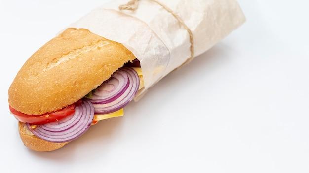 Sándwich de primer plano con fondo blanco.