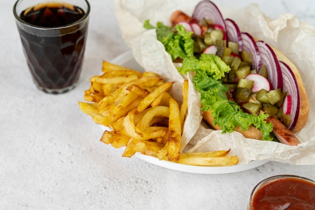 Sándwich de primer plano con papas fritas