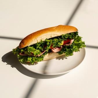 Sándwich de primer plano en un plato