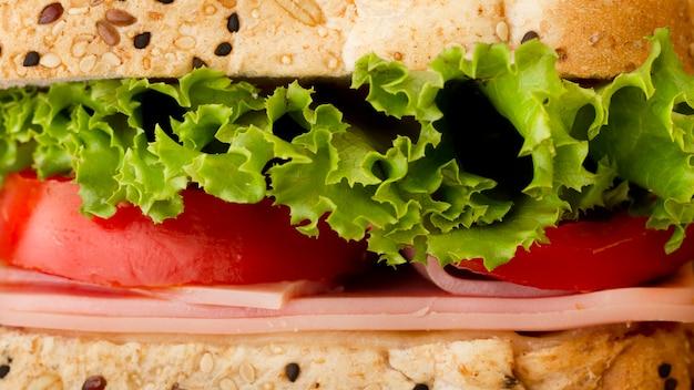 Sandwich con primer plano de verduras y queso