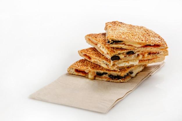 Sandwich con queso, aceitunas