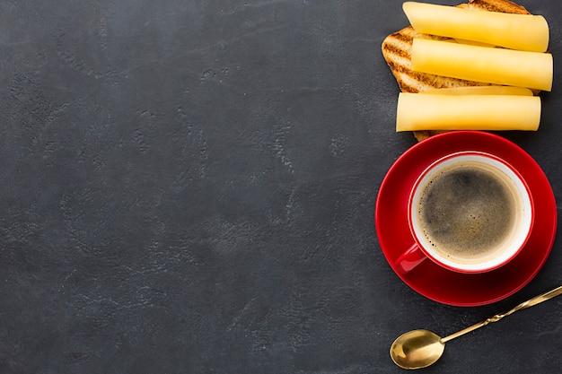 Sandwich de queso y café copia espacio